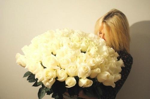 блондинка с цветами фото