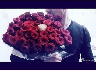 фото парень девушке дарит цветы