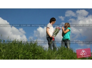 Картинки парень дарит цветы девушке