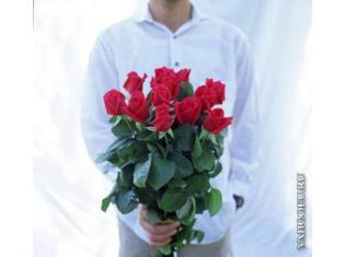 Парень цветы дарит