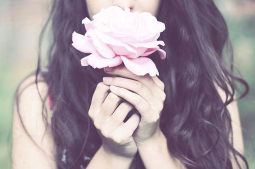 картинки девушек со спины брюнетки с цветами