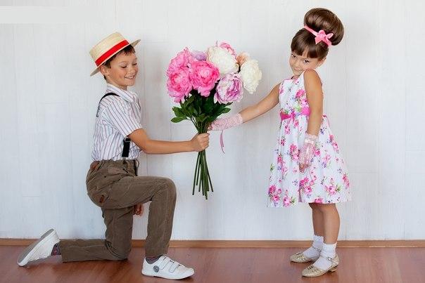Мальчик дарит цветы 81