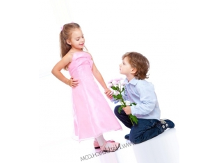 Мальчик дарит цветы 65