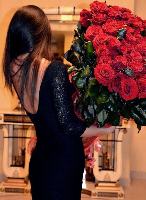 фото девушек брюнеток со спины с цветами