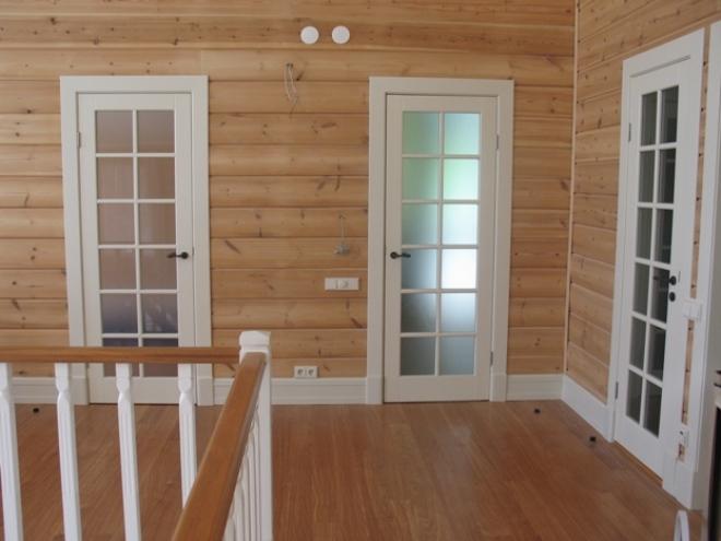 Белые двери в интерьере загородного дома фото