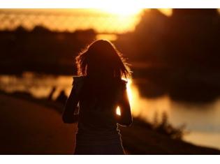 Фото девушек со спины на природе