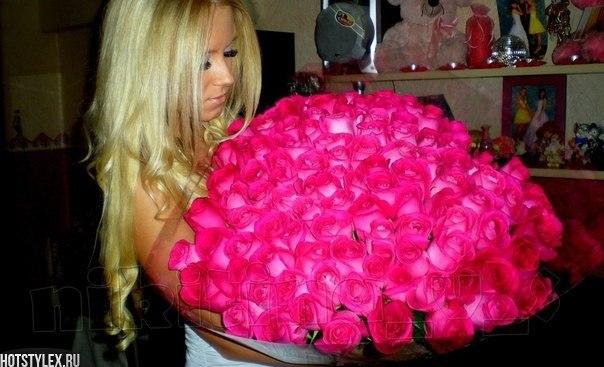 Девушки блондинки фото со спины с цветами